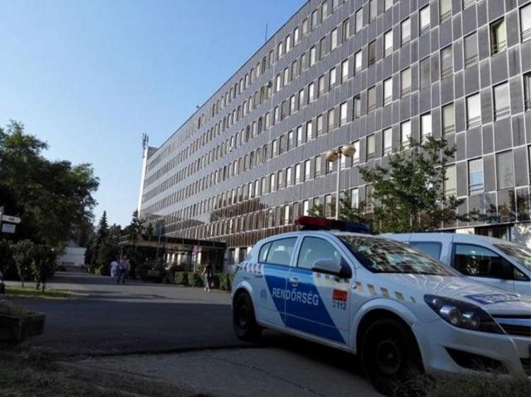 Dráma Debrecenben: kiugrott egy nő a Kenézy egyik ablakából