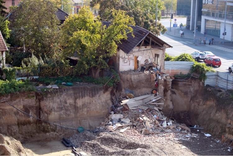 Vasazzák a házakat a debreceni Hunyadi utcán - Fotók