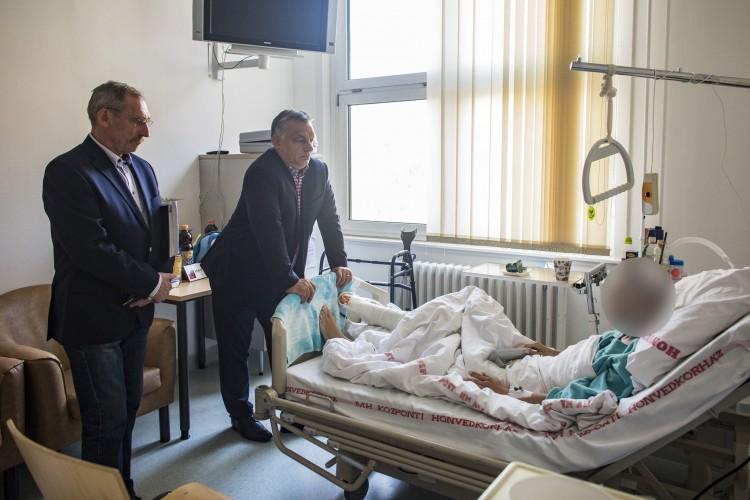 Orbán meglátogatta a sérült rendőröket