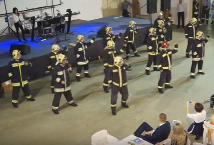Ezt nézzék! Őrjítő táncot lejtettek a nyíregyházi tűzoltók
