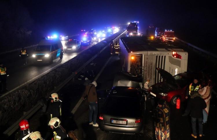 Tragédia: egy másik autó miatt borult fel a debreceni busz