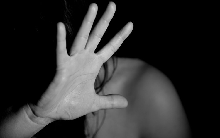 Borzalom: saját lányát erőszakolta meg