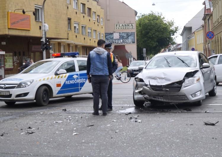 Durva baleset a Piac utcán +Fotók!