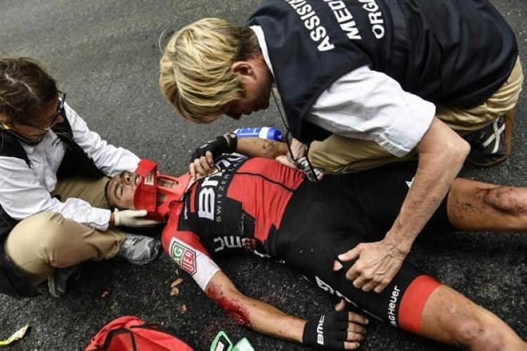 Videó: horrorisztikus bukás a Tour de France-on