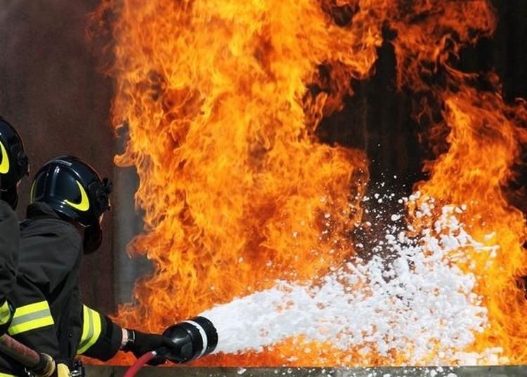 Tragédia: bennégtek a lángoló házban