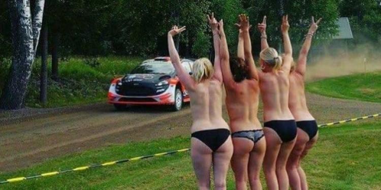 Egy szál bugyiban szurkolt négy nő