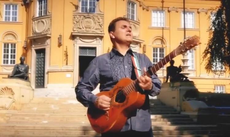 Itt van Debrecen himnusza! Tessék felállni!