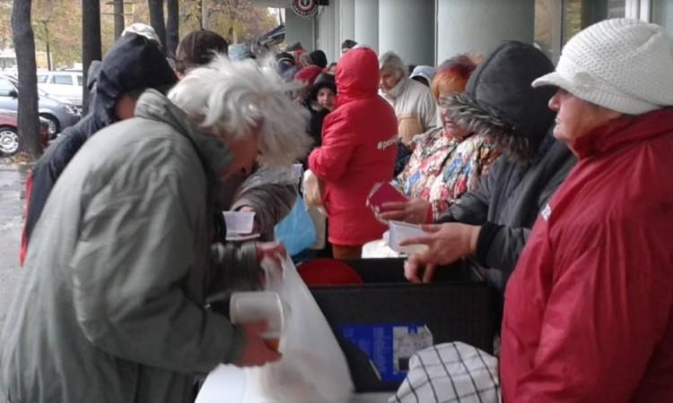 Finom ebéddel várta a rászorulókat az MSZP