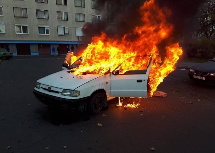 Szénné égett egy autó a Vénkertben - beteg csecsemővel indultak Budapestre