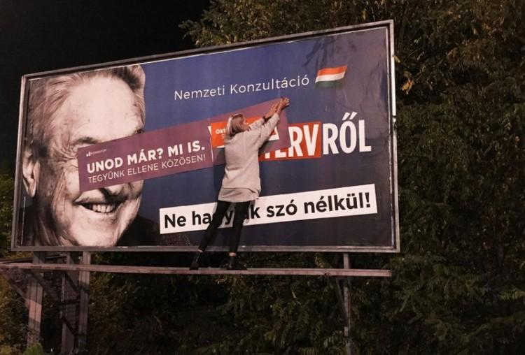 Debrecenben is meghekkelte a Soros-plakátokat a Momentum