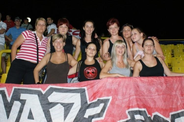 Debreceni ultra csajok: 20 éve a piros-fehérek szolgálatában