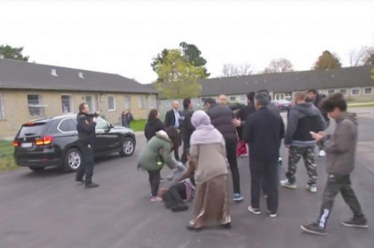 Videó: feldühödött migránsok elől menekült a miniszter