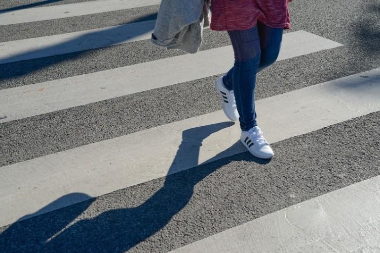 Videó: bunkó a volánnál - centiken múlt a gyalogosgázolás az orrunk előtt!