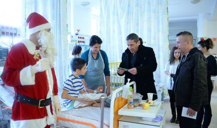 Debreceni gyermekklinikán járt a Mikulás