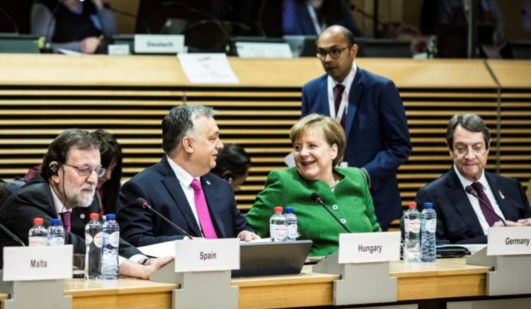 """Orbán Viktor és Angela Merkel """"szerelmes pillantása"""", és ami mögötte van"""