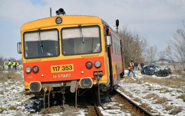 Vonatnak ment az autó Debrecenben