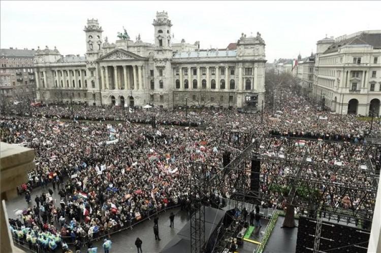Orbán: el akarják venni az országunkat