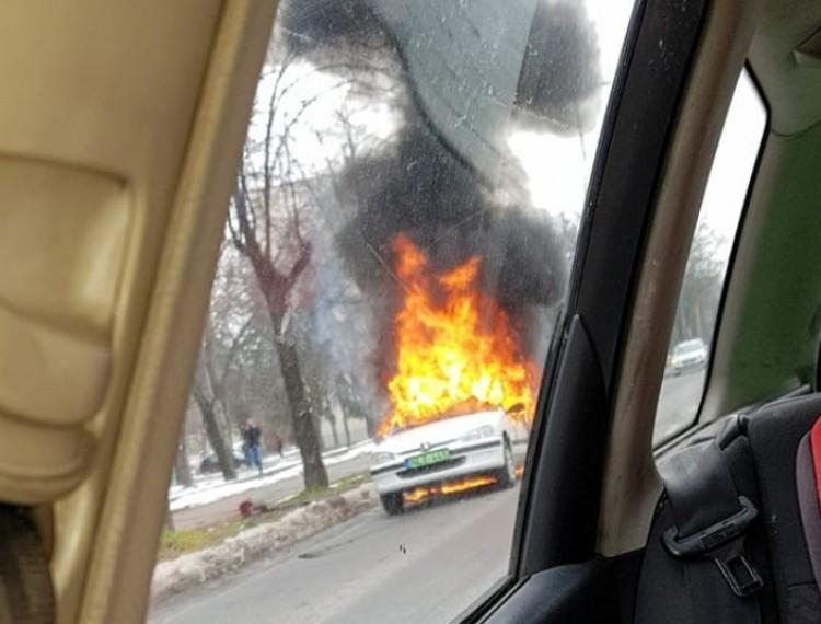 Debreceni dráma: szénné égett egy elektromos autó a forgalomban