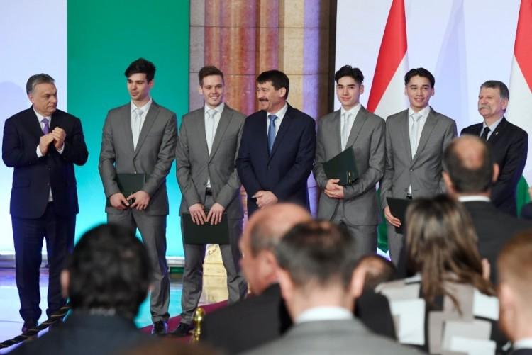 Hősöket fogadtak a Parlamentben Orbánék