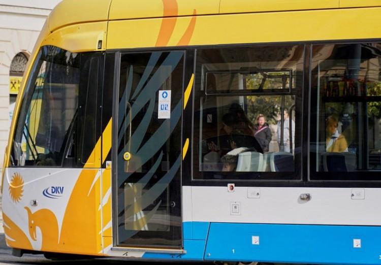 Lerobbant egy villamos. Átszállással közlekedhet Debrecenben