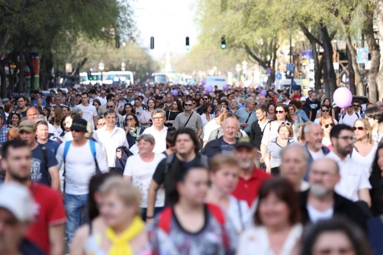 Megindult az ellenzéki tömeg a Parlamenthez