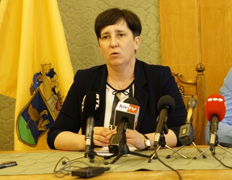 Kurta-furcsa sajtótájékoztatót tartott az elítélt polgármester