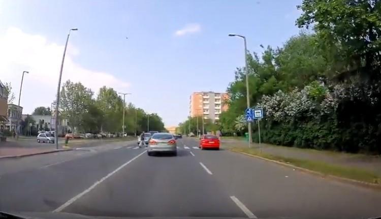 Videón egy debreceni autós hajmeresztő bunkósága