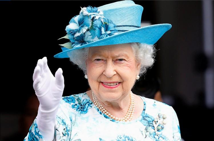 Fergeteges bulival ünneplik a királynőt