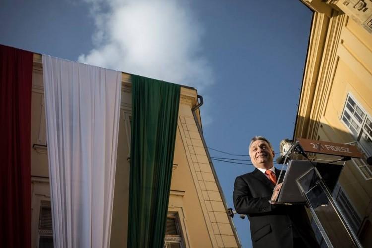 Orbán beugrott a Fradihoz