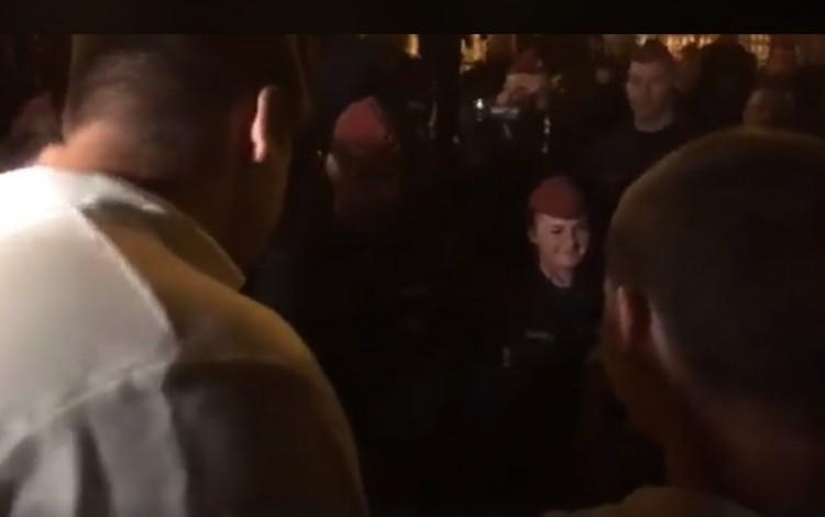 Durva videó: rendőrnőt aláztak és cigányoztak az ellenzéki tüntetésen