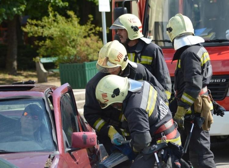 Ketten szorultak járműbe Debrecen közelében