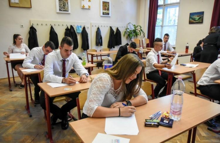 Angolérettségin esnek át a diákok