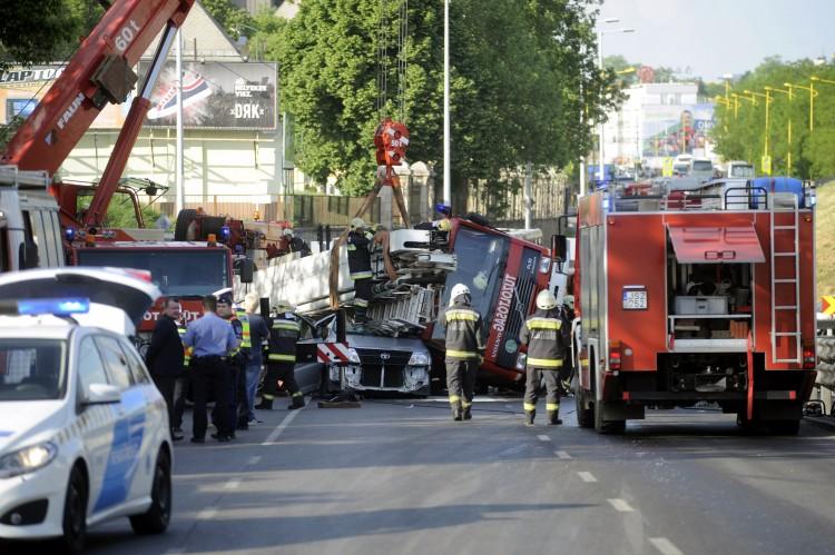 Tűzoltóautó nyomott agyon egy embert Budapesten