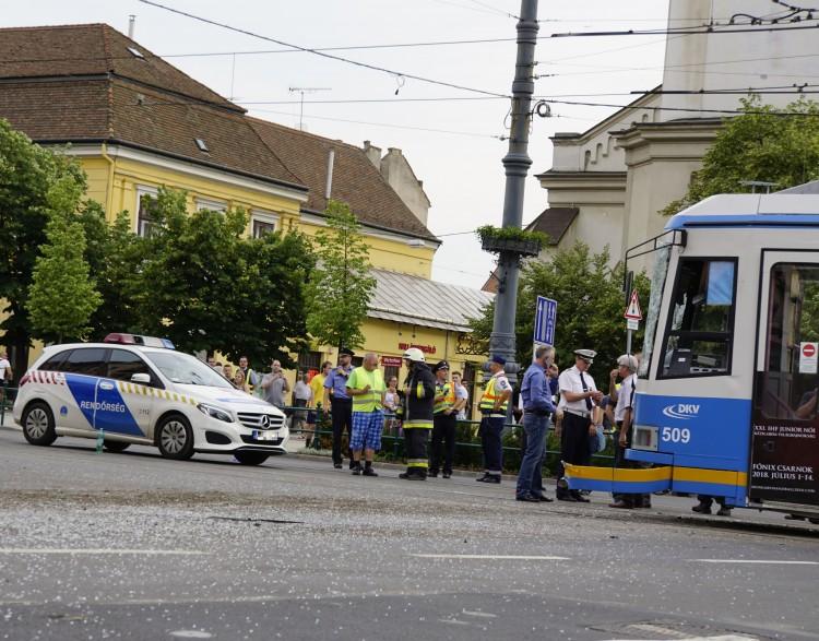 Debreceni villamosbaleset: egy ember életveszélyesen megsérült – FOTÓK, VIDEÓ