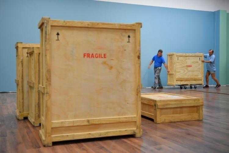 Kibontják a fegyveresekkel Debrecenbe hozott csomagot