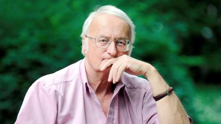 A 700 kötetes író, aki éjjel is regényt álmodik