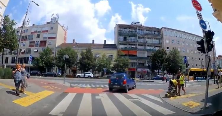Babakocsit toló anyuka hajmeresztő mutatványa Debrecenben