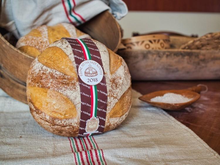 Lássuk, mit tesznek a magyarok csúcskategóriás kenyerébe!