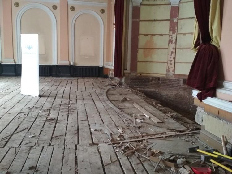 Ezt is megértük: már törik a padlót a Zenedében