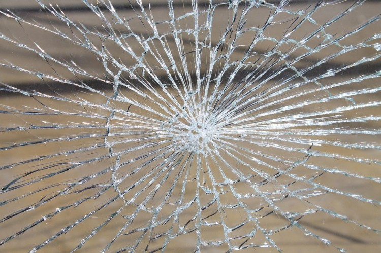 Ismeretlenek betörték a hajdúhadházi busz ablakát