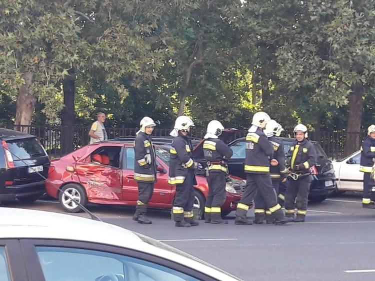 Autós hajtott a villamos elé: gyereket vitt el a mentő