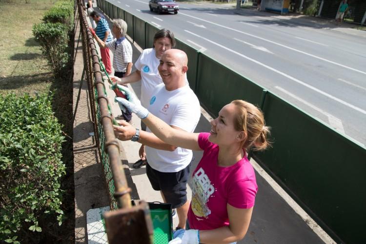 Beállt kerítést festeni a debreceni alpolgármester