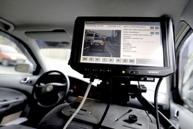 Mutatjuk: így mérnek a magyar rendőrök mozgó autóból