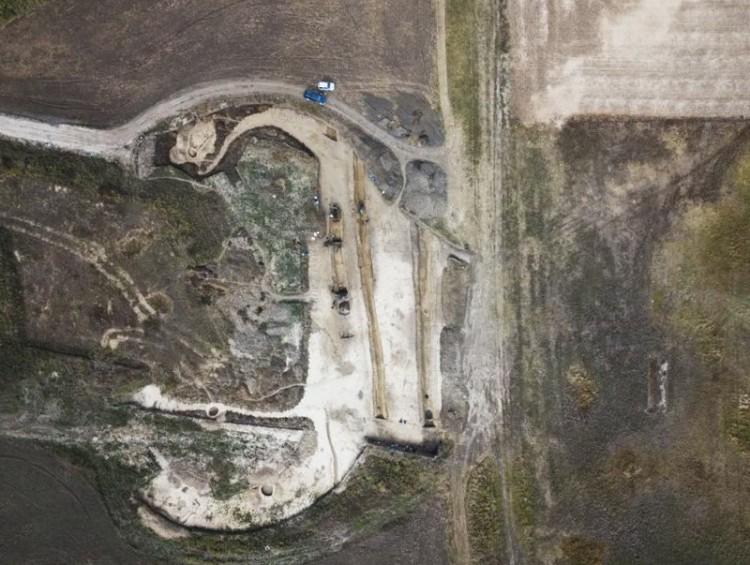 Kitekert gerincű áldozat került elő a földből az autópálya építésénél