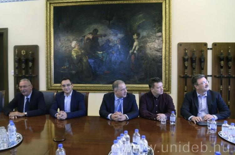 A polgármester, a rektor, a kancellár és a honatya fontos ügyért szövetkezett