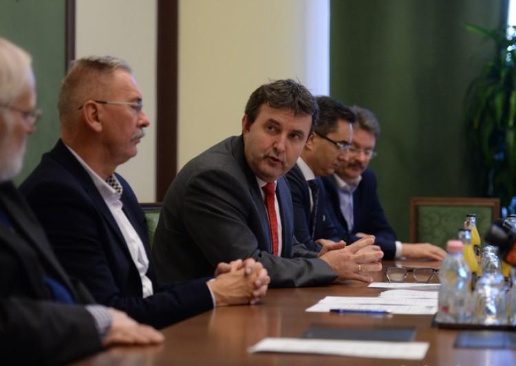 Félig Debrecenbe költözik a miniszter
