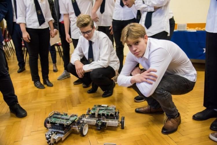 Robotszetteket ajándékozott az NI a Brassainak