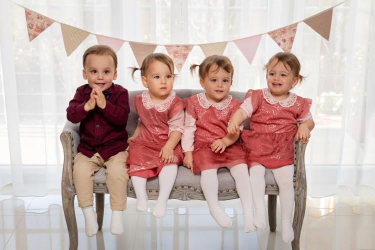 Második születésnapjukat ünneplik a debreceni négyes ikrek