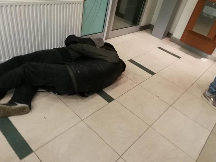 Debreceni bank előterébe költöztek hajléktalanok