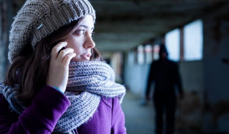Ne sétálj éjszaka egyedül az utcán – hívd az ingyenes Hazakísérő telefont!